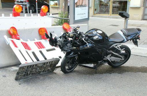 Motorradfahrer fährt gegen Schutzpoller