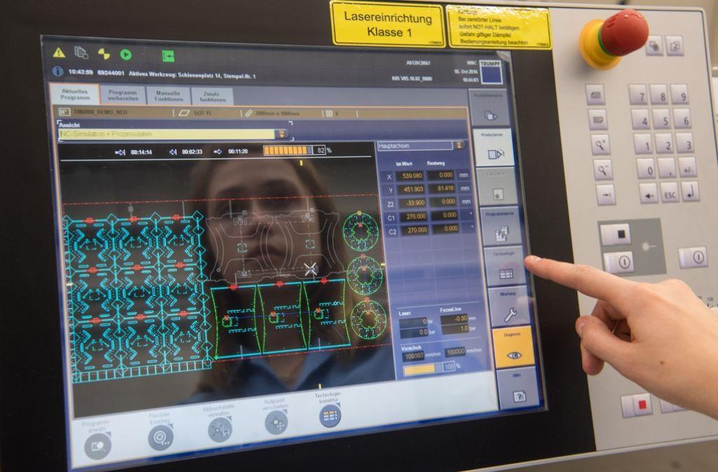 Vernetzung wird immer wichtiger: Eine Trumpf-Mitarbeiterin an einer Laser-Stanz-Maschine – der TruMatic 6000 Foto: dpa