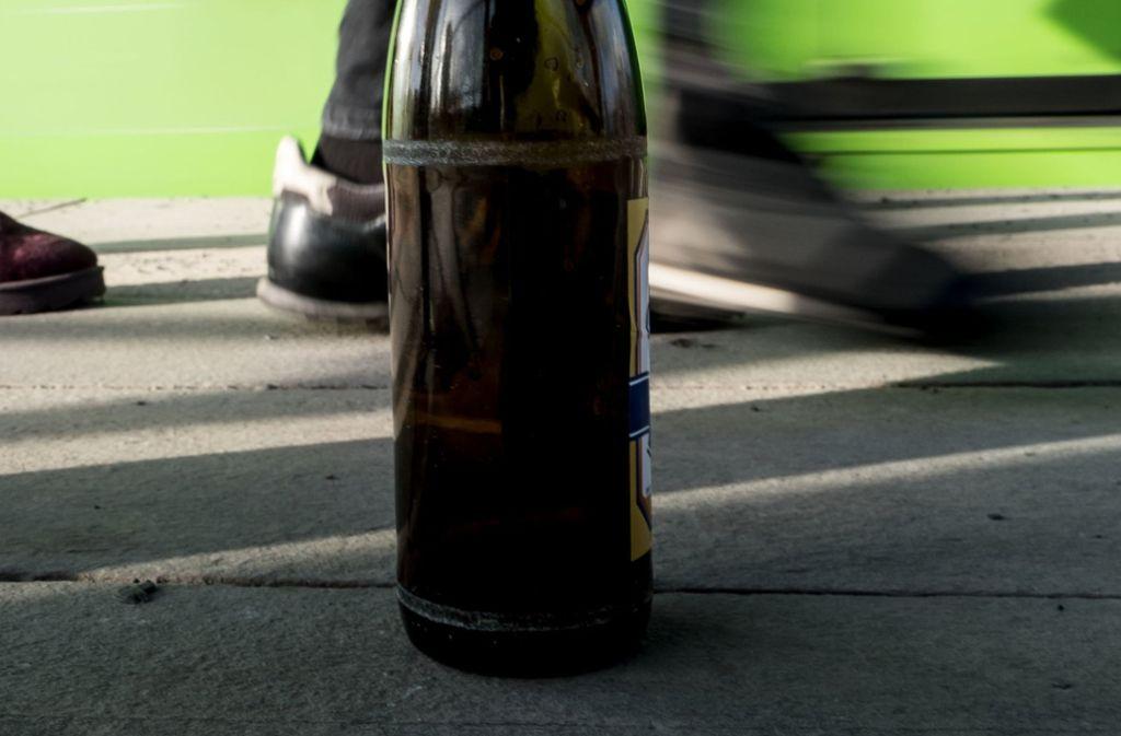 Eine angebrochene Bierflasche hat in Bretten einen mutmaßlichen Räuber überführt (Symbolbild). Foto: dpa