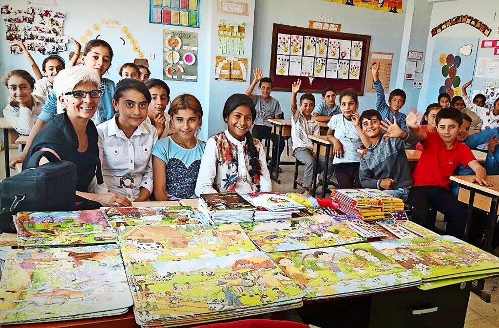Aygül Aras (vorne links) in diesem Sommer bei einer Schulklasse in Dersim. Foto: privat