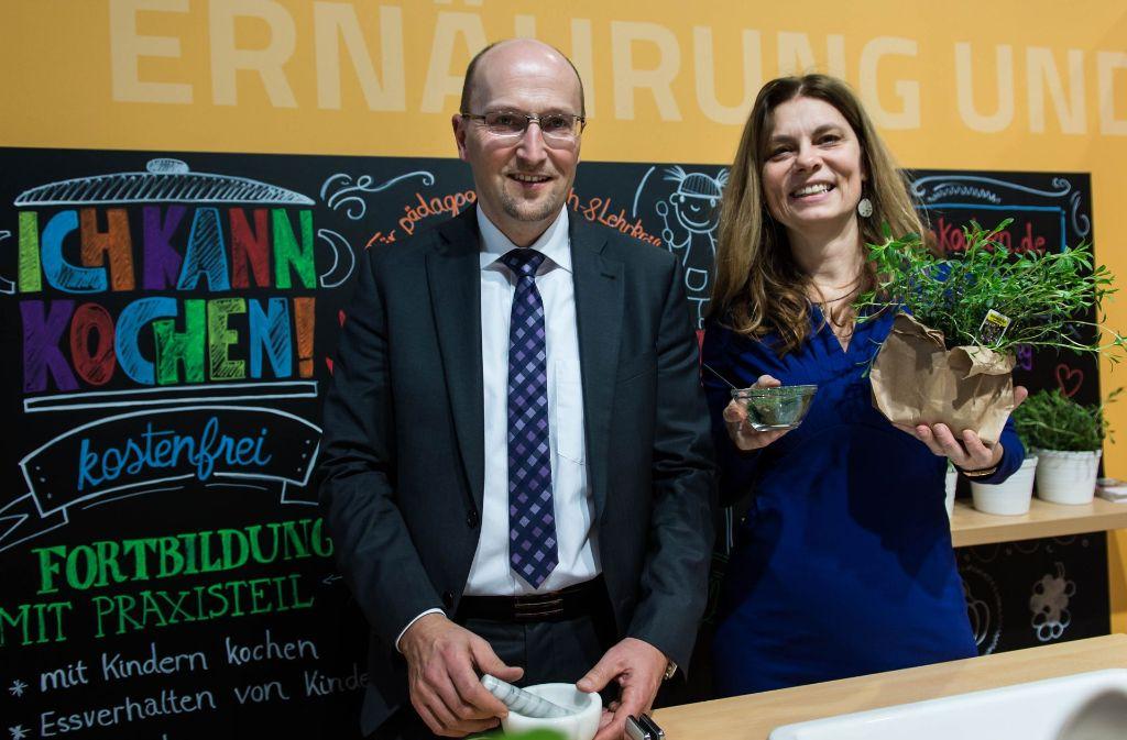 Sarah Wiener mit Winfried Plötze von der Barmer-Krankenkasse auf der Messe Foto: Sarah-Wiener-Stiftung