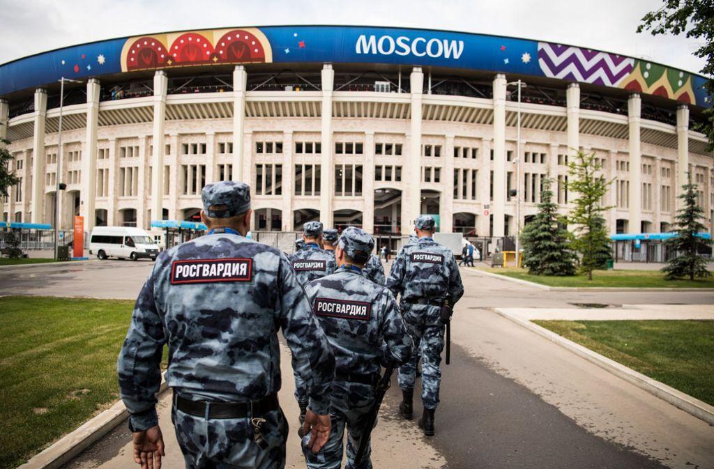 Russische Sicherheitskräfte sind während des WM-Turniers, wie hier in Moskau, omnipräsent. Foto: dpa