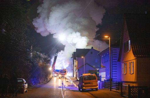 Dreifamilienhaus brennt komplett aus – Feuerwehr im Großeinsatz