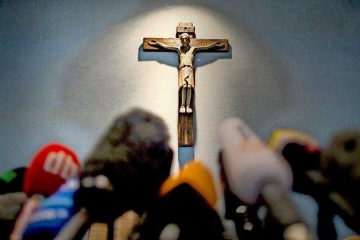 Auf fieberhafter Suche nach Neuigkeiten: Ansturm der Journalisten im Rathaus von Haltern am See, in dessen Halle dieses Kruzifix hängt. Foto: Archiv, dpa