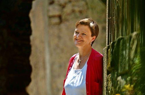 Historische Stoffe sind ihr Ding: Astrid Fritz in der Waiblinger Altstadt Foto: Stoppel