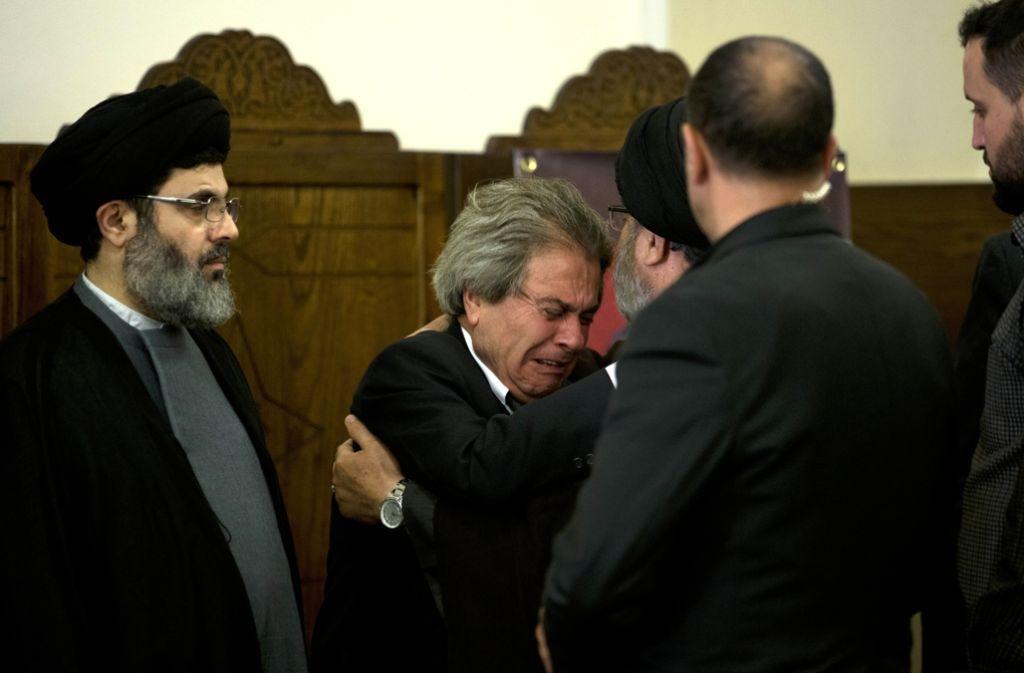 Trauer bei den Angehörigen: Adnan Badreddine (Mitte) weint um seinen getöteten Bruder, Kommandeur Mustafa Badreddine, der Militärchef der Hisbollah war. Foto: AP