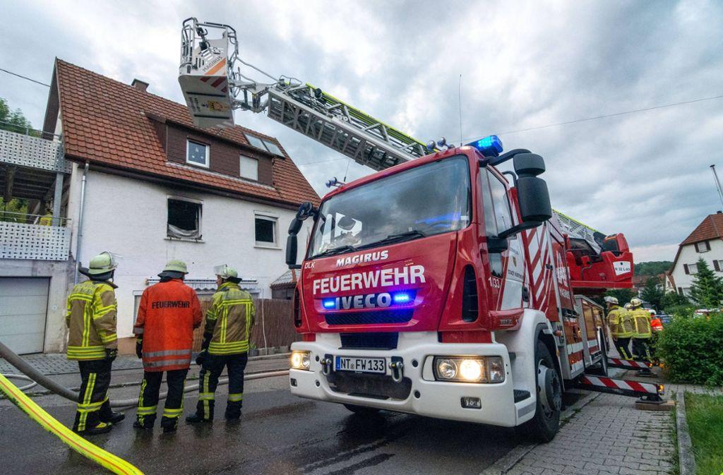 Aus dem Fenster im ersten Stock schlugen bereits die Flammen. Foto: 7aktuell/Moritz Bassermann