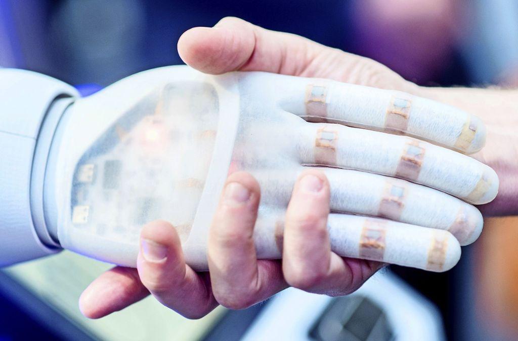 Wie spielen Mensch und Maschine künftig zusammen? Foto: dpa/Hauke-Christian Dittrich