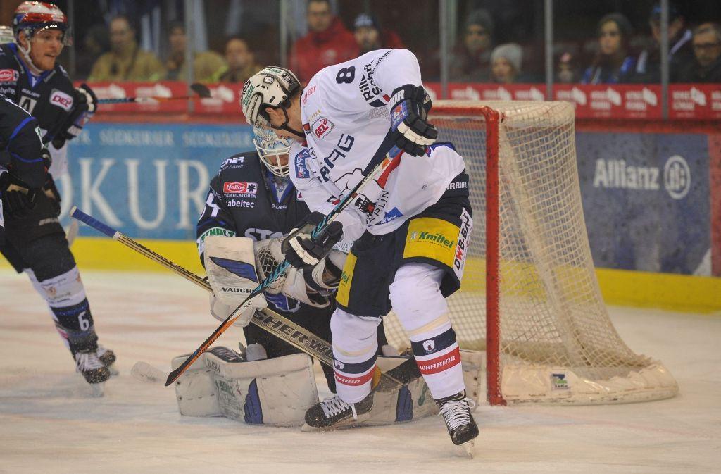Wild-Wings-Goalie Dustin Strahlmeier (gegen den Eisbären Nick Petersen) bot eine starke Leistung und ließ nur einen Gegentreffer zu. Foto: Eibner