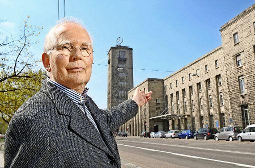 Peter Dübbers vor dem von seinem Großvater Paul Bonatz erbauten Hauptbahnhof Foto: dpa