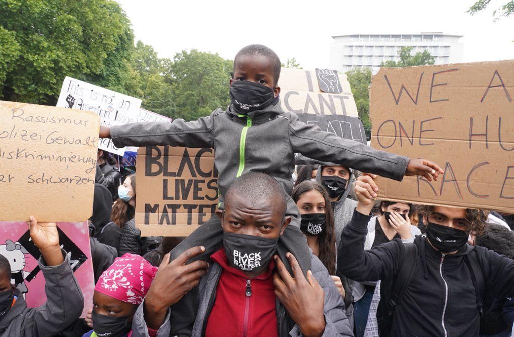 Demonstranten in Stuttgart setzten ein Zeichen gegen Rassismus. Foto: Andreas Rosar Fotoagentur-Stuttg