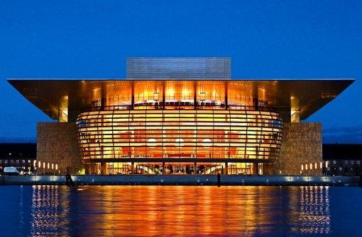 Die Opernhäuser in Kopenhagen (oben) und London: Ihre moderne Bühnentechnik könnte zum Vorbild bei der Sanierung des Großen Hauses in Stuttgart werden. Foto: dpa