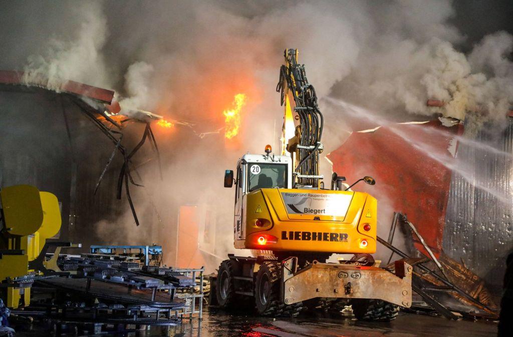 Bei dem Brand in Böhmenkirch wurden auch zwei Bagger eingesetzt. Foto: 7aktuell.de/Christina Zambito