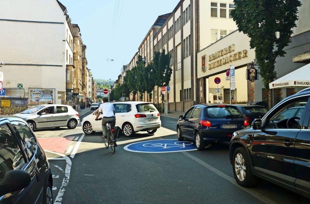 Die neue Einbahnstraße ab Höhe Dinkelacker verursacht abends derzeit noch regelmäßig Staus. Foto: Nina Ayerle