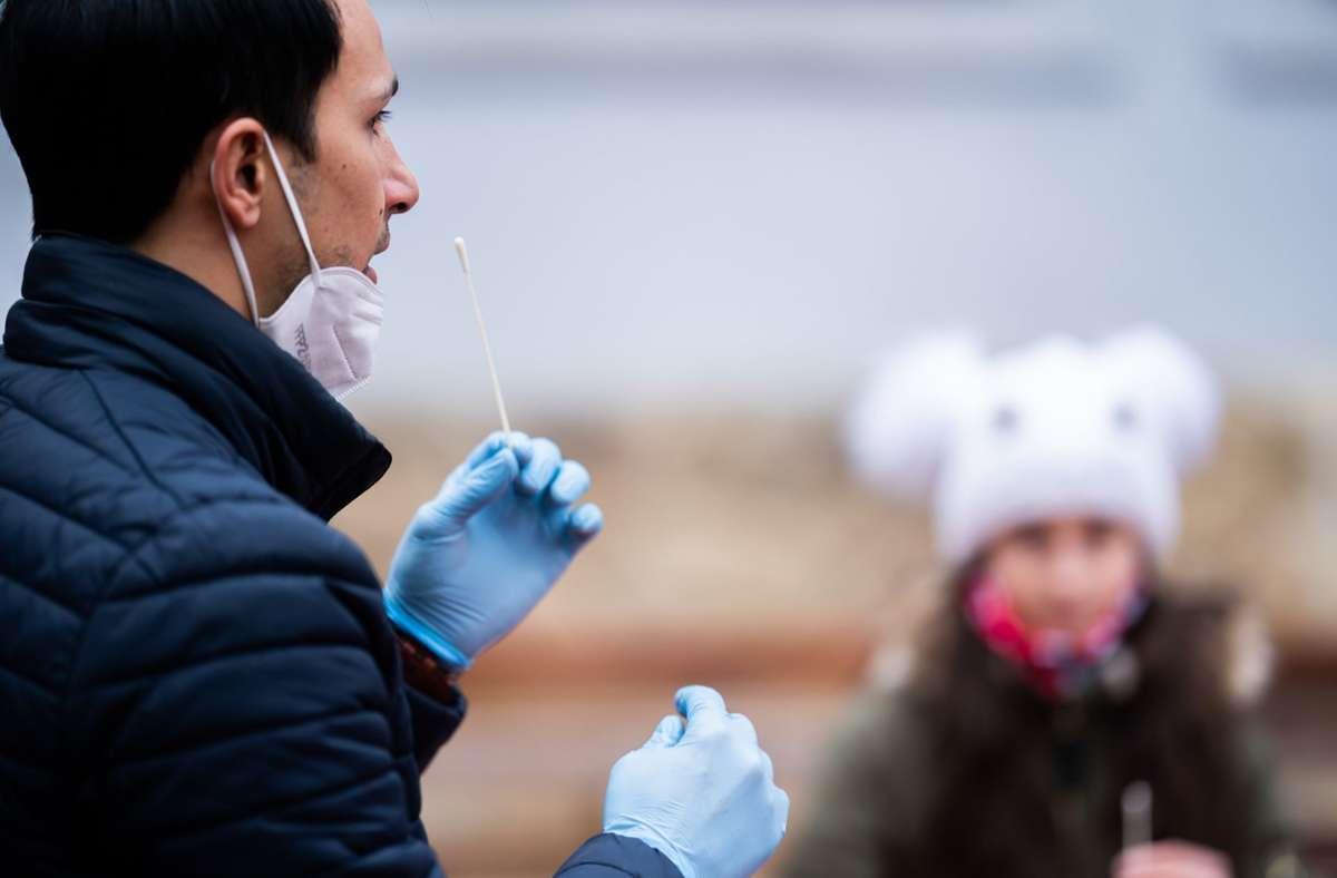 In Österreich können auch Laien schon Schnelltests auf das Coronavirus selber durchführen. Foto: dpa/Georg Hochmuth