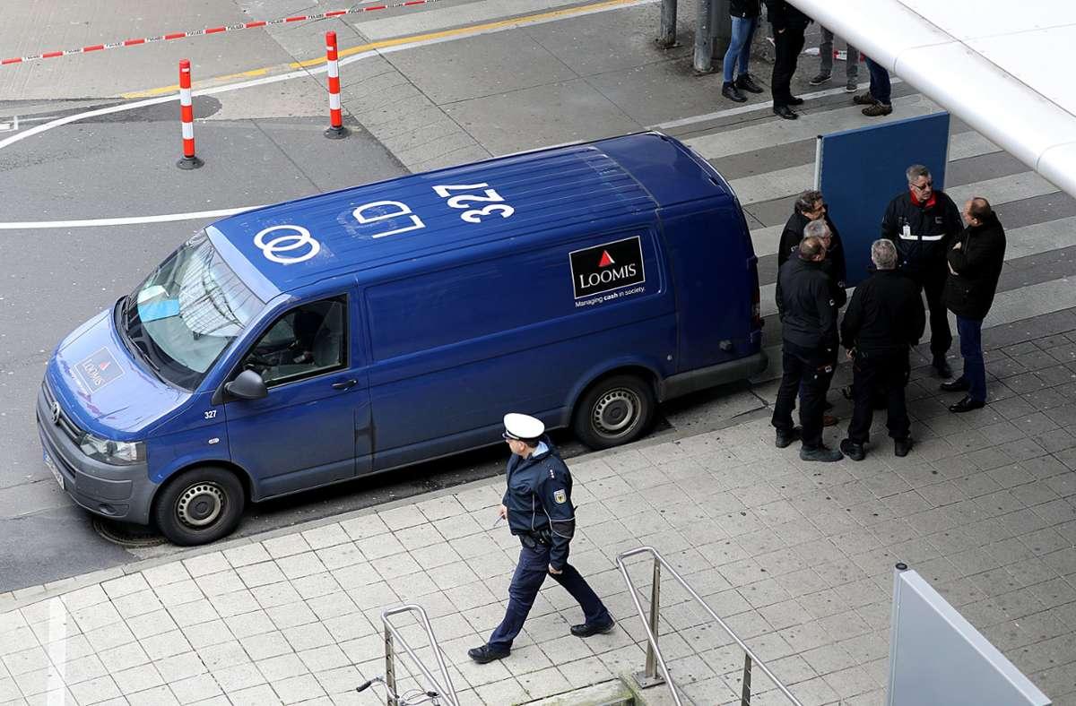 Bei dem Überfall auf diesen Geldtransporter im März 2019 soll auch ein Schuss gefallen sein (Archivbild). Foto: dpa/Oliver Berg