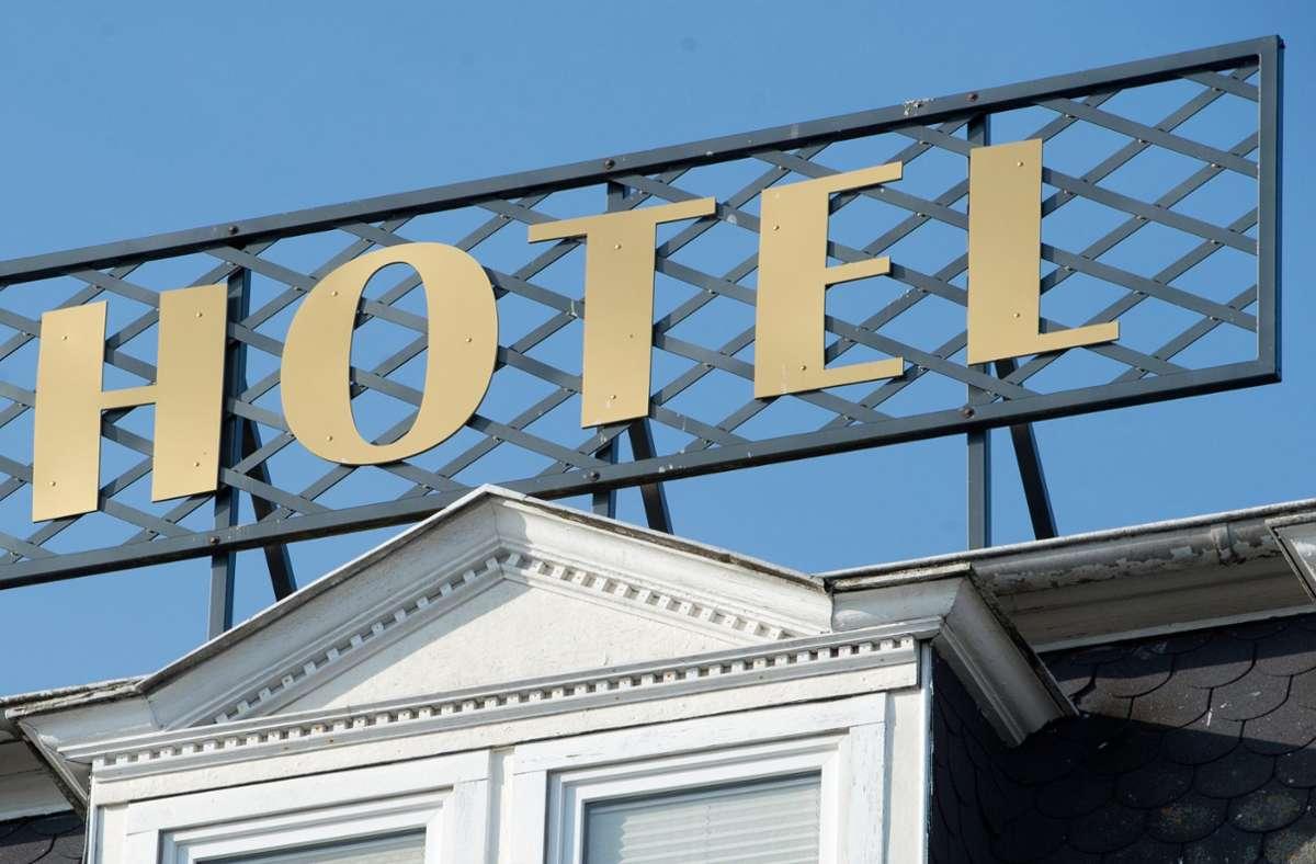 Laut Meinung der Umfrage-Teilnehmer sollten Genese und Geimpfte beispielsweise wieder in Hotels dürfen. (Symbolbild) Foto: dpa/Stefan Sauer