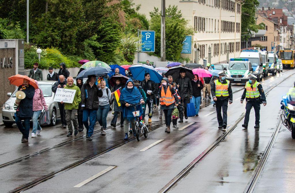 Vom Kleinen Schlossplatz bis zum Cannstatter Wasen liefen die Teilnehmer des Protestmarschs von Heinrich Fiechtner. Foto: Lichtgut/Christoph Schmidt