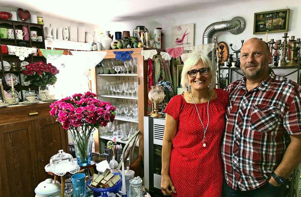 Lissy und Egon Haag in einem der Räume ihres Ladens – zu entdecken gibt es überall etwas. Foto: Fritzsche
