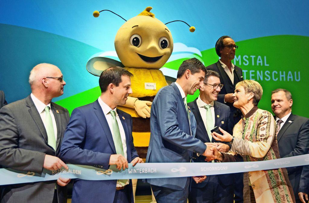 Friedlinde Gurr-Hirsch (Zweite von rechts) im Kreis der Gartenschau-Rathauschefs und flankiert von Maskottchen Remsi Foto: /Horst Rudel