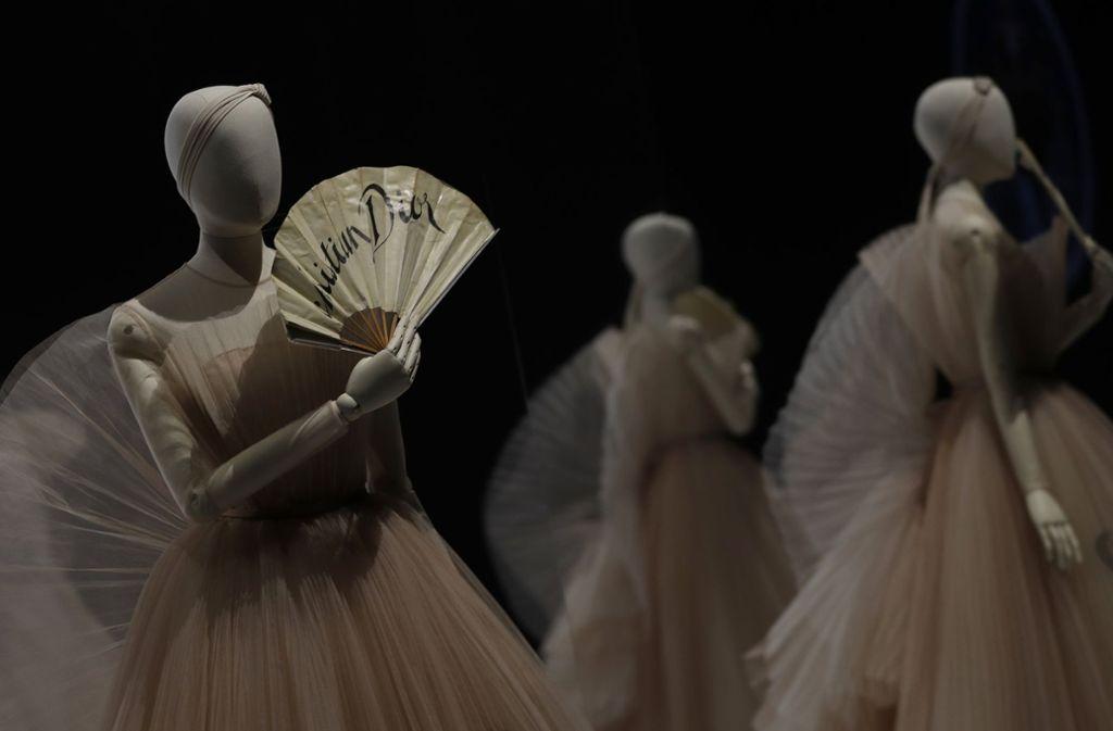 Bei der Ausstellung gibt es einen Mix von Dior-Klassikern mit einer britischen Note zu sehen. Foto: AP