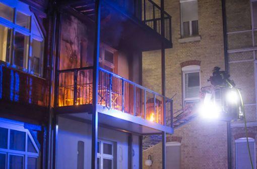 Feuer bricht auf Balkon aus