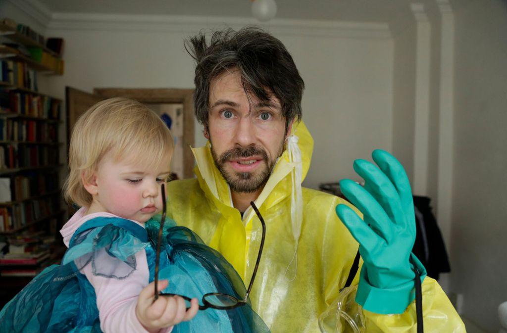 """Regisseur David Sieveking mit seiner Tochter Zaria in einer Szene des Dokumentarfilms """"Eingeimpft - Familie mit Nebenwirkung"""" Foto: Flare Film"""