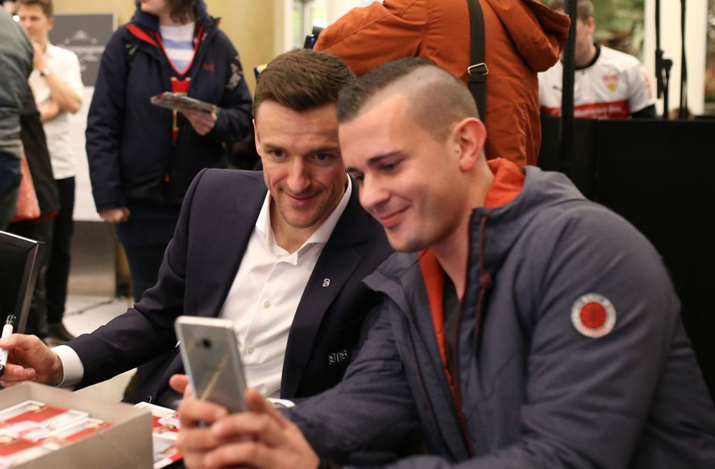 Der Kapitän nahm sich auch Zeit für das eine oder andere Selfie. Foto: Pressefoto Baumann