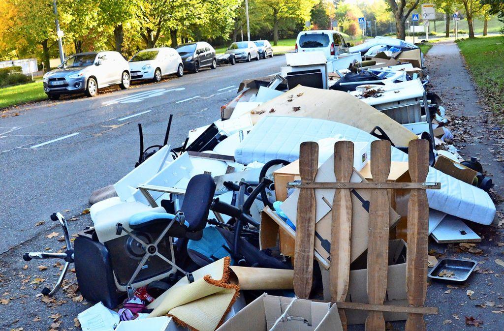 Schreibtischstühle, Matratzen und Co. ragen längst in die Parkbucht und auf die Straße. Fußgänger haben kaum Platz, auf dem Gehweg vorbeizulaufen. Foto: Hintermayr