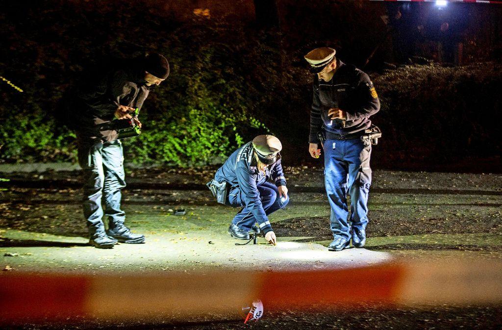Am 4. Dezember des vorigen Jahres fielen Schüsse am Kornwestheimer Hallenbad, die Polizei sicherte Spuren. Das Landgericht verhandelt nun den Fall. Foto: 7aktuell/Archiv