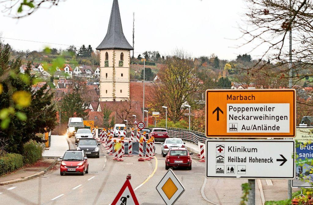 Autofahrer haben auf der Neckarbrücke in Ludwigsburg bald wieder freie Bahn. Fußgänger allerdings werden einen weiten Umweg auf sich nehmen müssen. Foto: factum/Bach