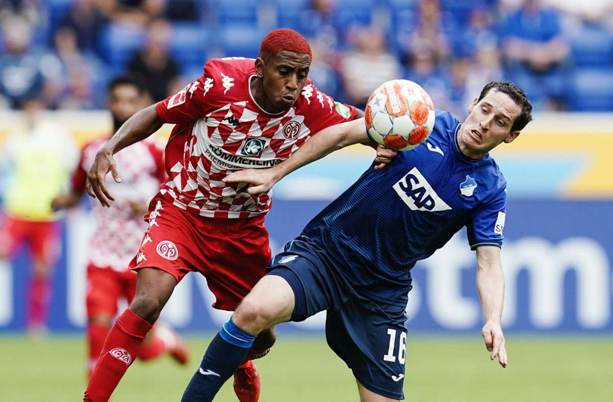 Leandro Barreiro (l) von Mainz und Hoffenheims Sebastian Rudy kämpfen um den Ball. Foto: dpa/Uwe Anspach
