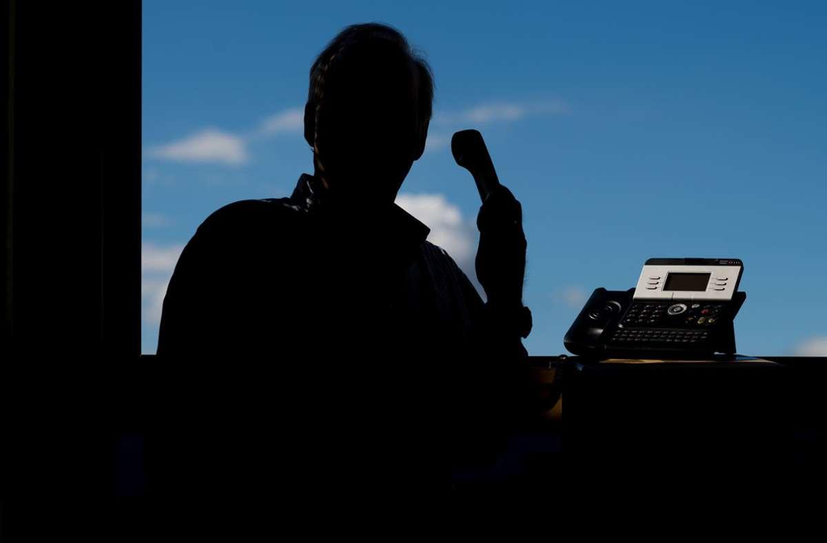 Die Polizei warnt eindringlich vor Telefonbetrügern. (Symbolbild) Foto: dpa/Julian Stratenschulte