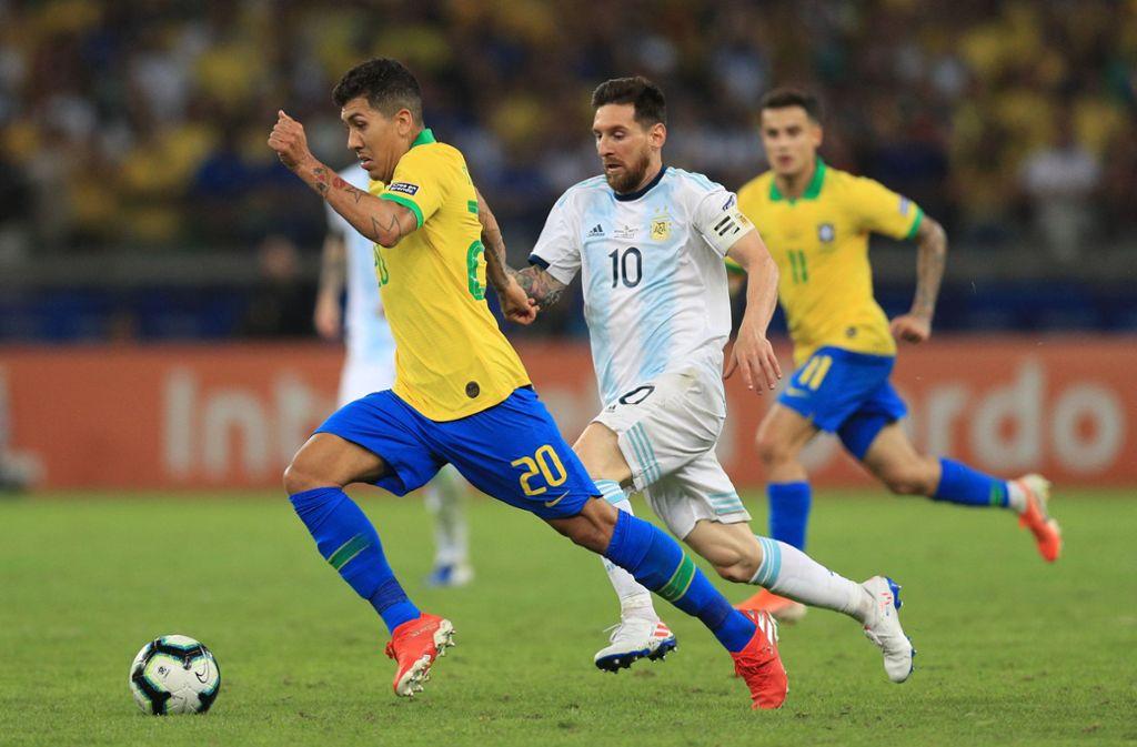 Lionel Messi (Mitte) muss sich mit Argentinien Roberto Firmino und Brasilien geschlagen geben. Foto: Getty Images