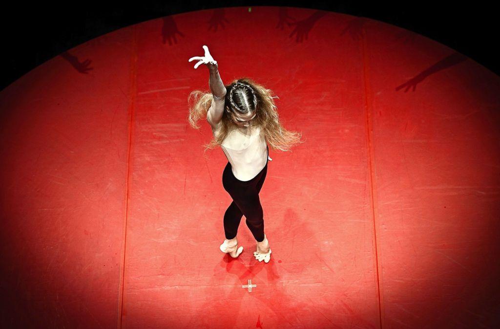 Die Primaballerina Alicia Amatriain vom Stuttgarter Ballett  gibt auf der Messe Tanzunterricht. Foto: Stuttgarter Ballett