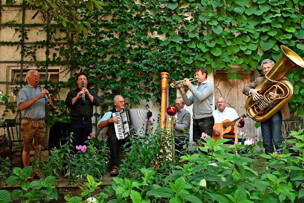 Die Well-Brüder, einst bekannt als die Biermösl Blosn, spielen am 30.Juni in Stuttgart auf zum (Volks-)Tanz. Ohne satirische Hintergedanken.  Foto: Veranstalter