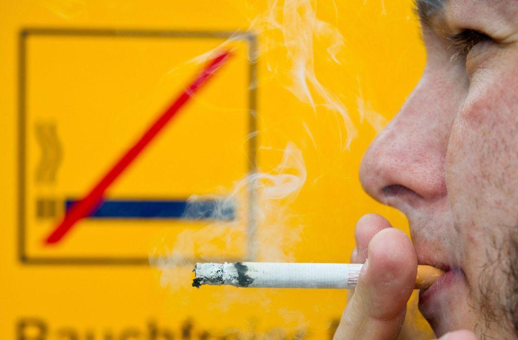 Selbst dort, wo das Rauchen nicht verboten ist, droht ein saftiges Bußgeld, wenn man seine Zigarette wegschnippt. In Stuttgart gibt es zu wenig öffentliche Aschenbecher. Foto: dpa