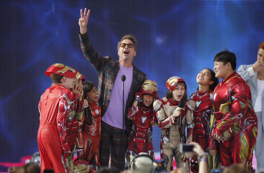 """""""Avengers"""" Darsteller Robert Downey Jr. wurde bei seiner Preisverleihung von Kindern in Iron Man Kostümen umringt. Foto: AP"""