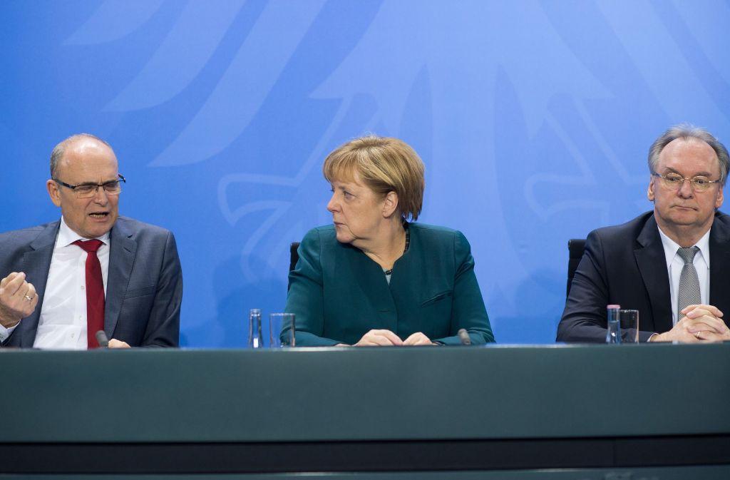Nach langen Verhandlungen im Kanzleramt: Angela Merkel mit den Ministerpräsidenten Erwin Sellering (links) und Reiner Haseloff. Foto: dpa