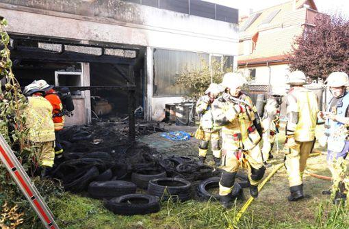 Brand auf Autohaus-Gelände hält Einsatzkräfte in Atem