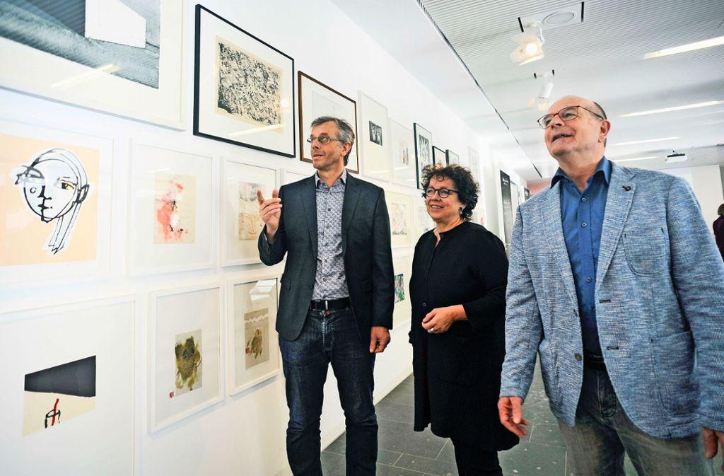 Bernd Klenk (links), Monika Renninger und  Horst Merkle begutachten die Kunstwerke. Foto: Lichtgut/Max Kovalenko