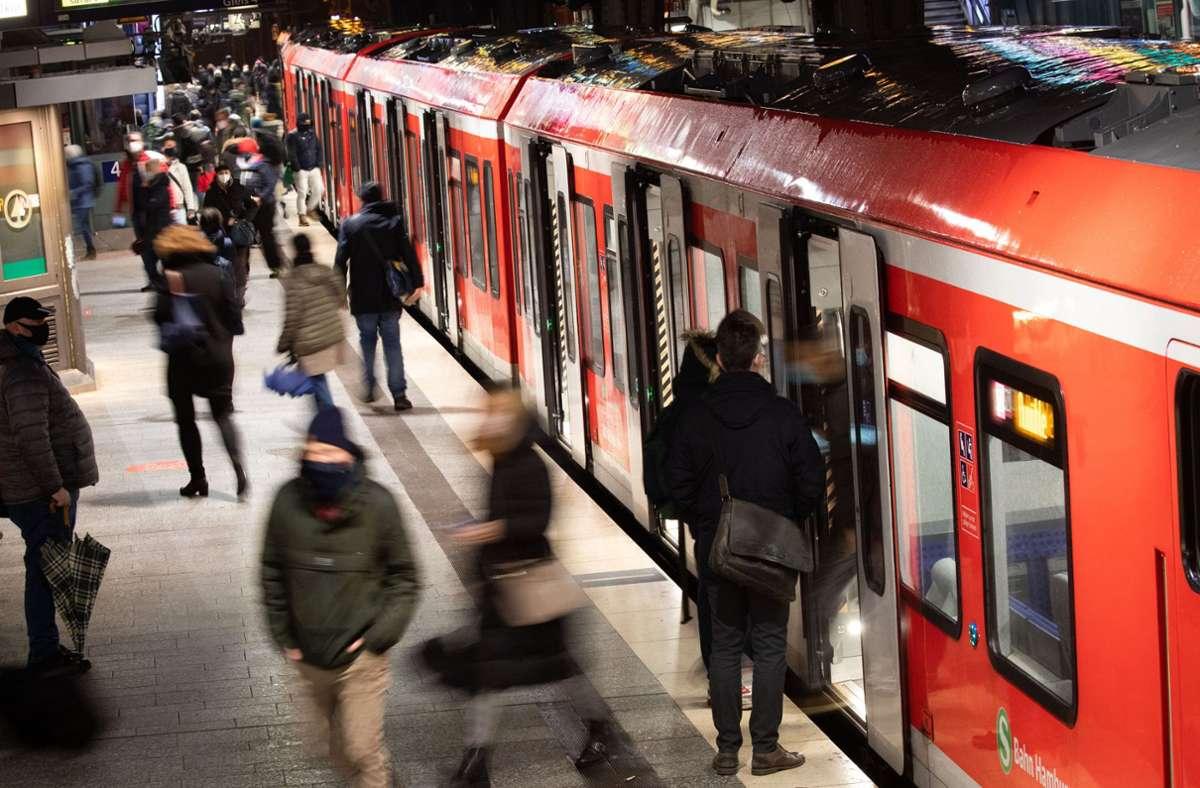 Zu dem Streit kam es offenbar am S-Bahngleis (Archivfoto). Foto: dpa/Christian Charisius