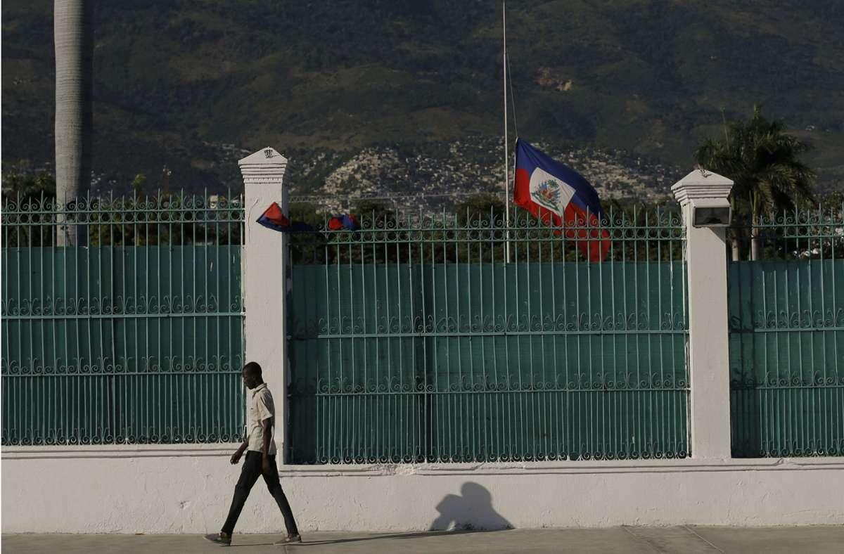 Die haitianische Flagge weht auf Halbmast vor dem Präsidentenpalast in Port-au-Prince. Foto: dpa/Fernando Llano