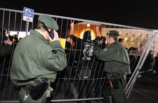 Stuttgart-21-Gegner stürzen den Bauzaun am Stuttgarter Hauptbahnhof um. Ein massives Polizeiaufgebot stellt sich ihnen entgegen. Foto: dpa