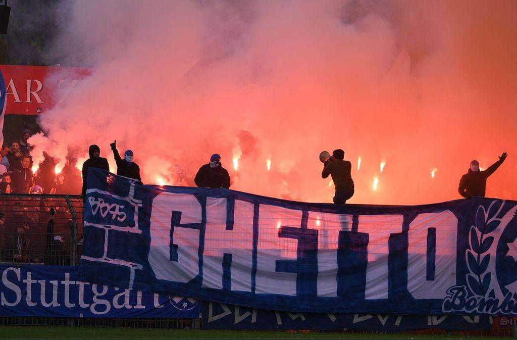 Die Kickers-Fans zündeten in Reutlingen Pyrotechnik – die werden dafür jetzt bestraft. Foto: Pressefoto Baumann