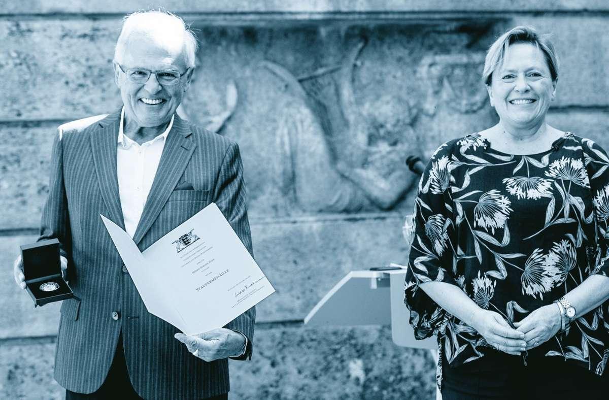 Noch im Juli 2020 hat Kultusministerin Susanne Eisenmann die Staufermedaille an Jürgen Zeeb übergeben – jetzt ist er ganz überraschend gestorben. Foto: Lichtgut/Leif Piechowski