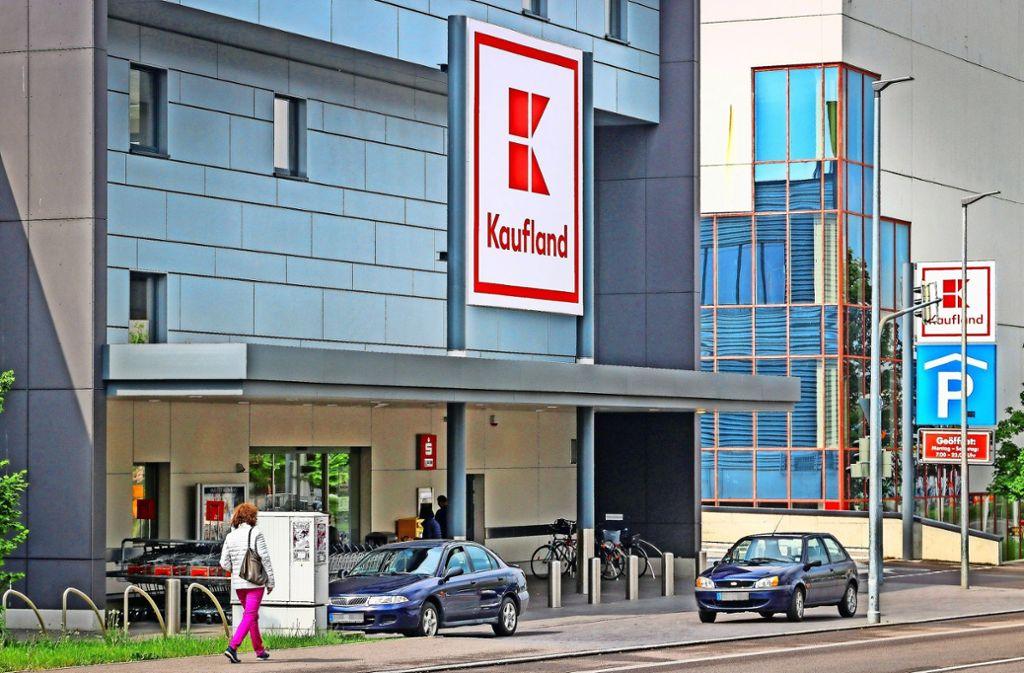 Immer wieder ein Ärgernis: Falschparker vor dem Kaufland. Foto: factum/Granville