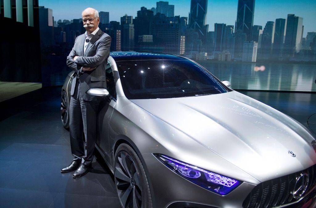 Daimler-Chef Dieter Zetsche dürften die Verkaufszahlen ein Lächeln ins Gesicht zaubern – so wie hier auf der Autoausstellung in Shanghai. Foto: AFP