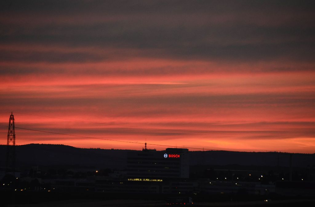In ein faszihnierendes Rot ist der Himmel über Stuttgart am Montagabend getaucht. Foto: Andreas Rosar Fotoagentur-Stuttg