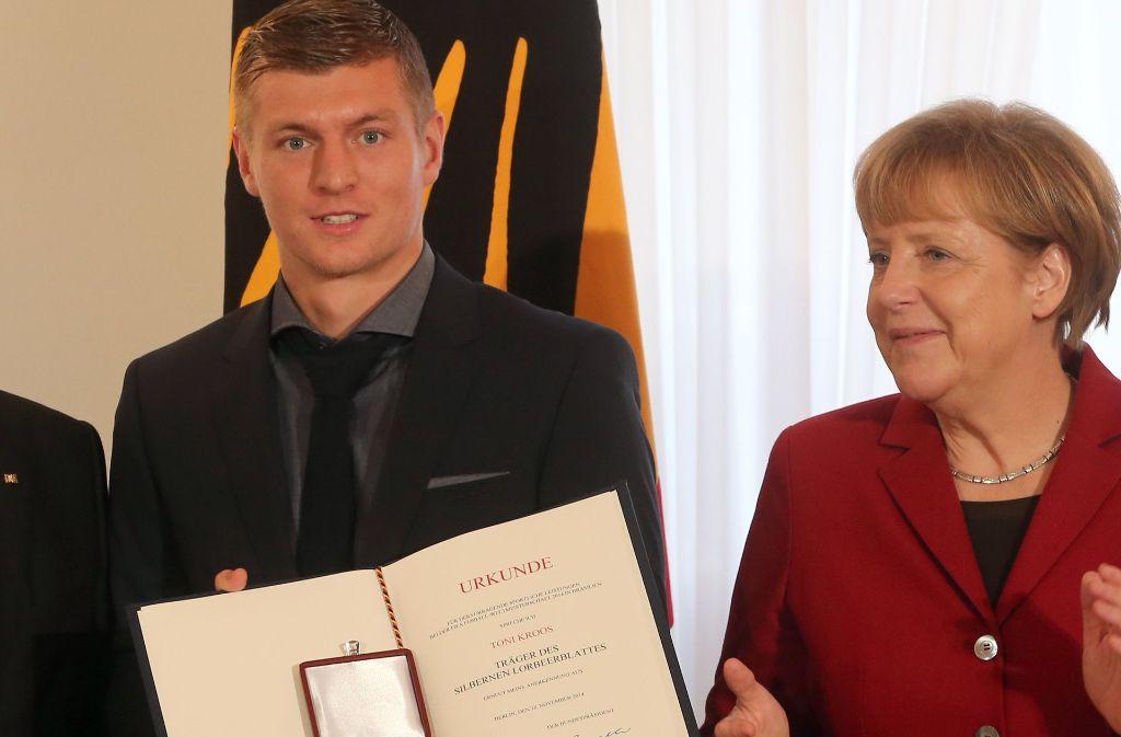 Toni Kroos mit Bundeskanzlerin Angela Merkel. Foto: dpa